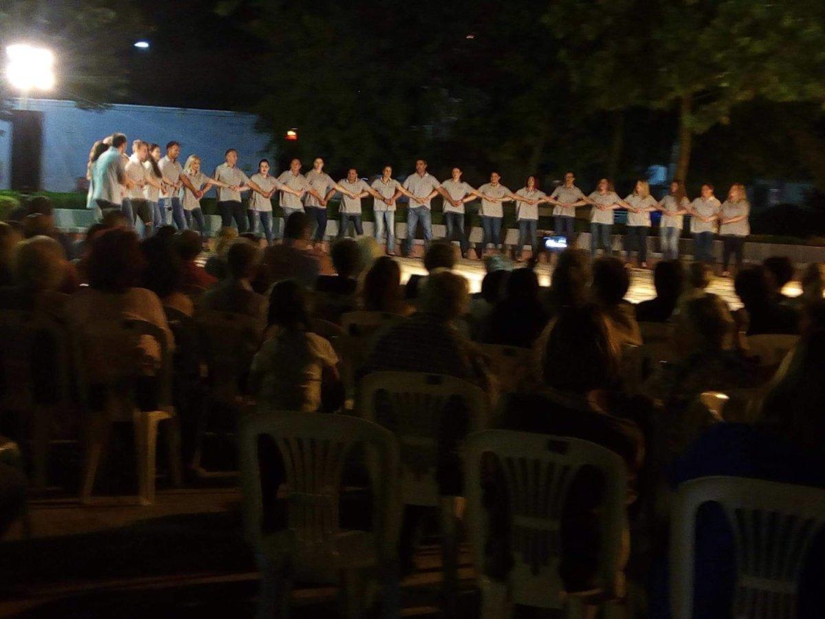 Πλήθος χορευτών στη γιορτή του Μορφωτικού Συλλόγου Νίκαιας