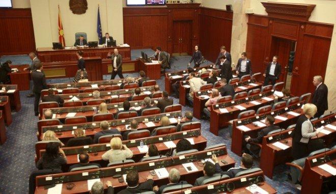 ΠΓΔΜ: Σε κλίμα έντασης πέρασε η συμφωνία από την Επιτροπή της Βουλής