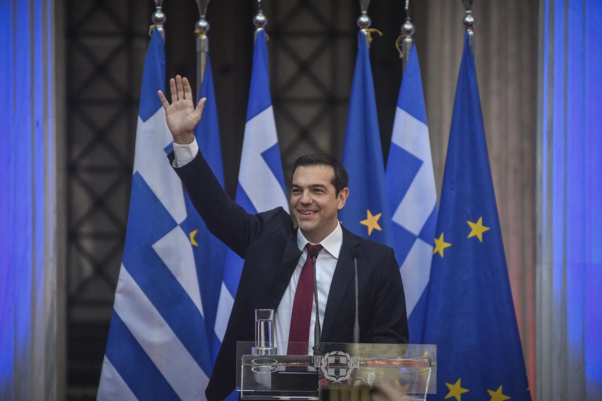 Με γραβάτα στο Ζάππειο ο Τσίπρας: Φτάσαμε στο τέλος των μνημονίων και συνεχίζουμε