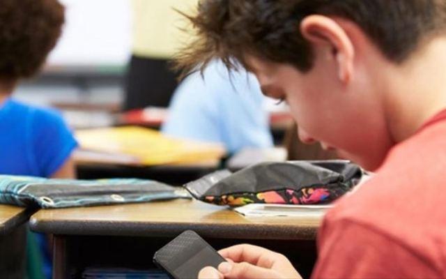 Τέλος τα κινητά για τους μαθητές στα σχολεία