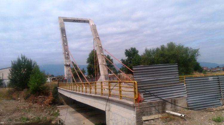 Γκρεμίζεται η γέφυρα Καλατράβα στα Τρίκαλα