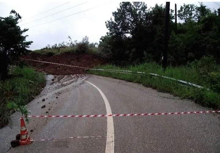 Λάρισα: Παραμένει κλειστός ο δρόμος προς Σκλήθρο