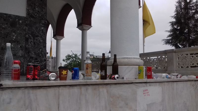 Τα ήπιαν και άφησαν τα μπουκάλια σε Αγ. Αχίλλιο και Μπεζεστένι (φωτ.)