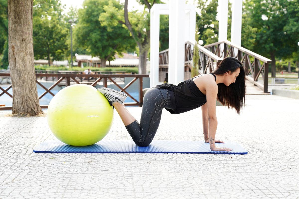 Η Βάγια Σαμαρτζή κάνει ασκήσεις για όλο το σώμα με Fitball