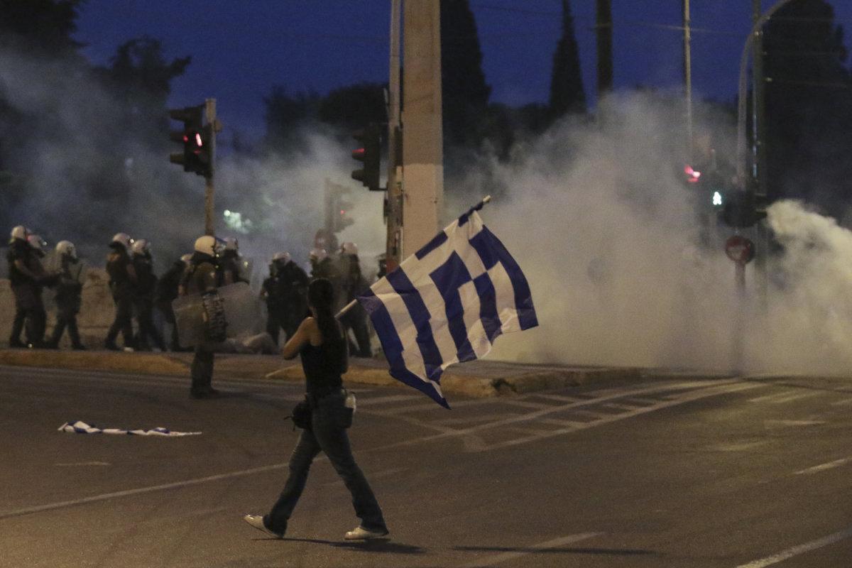 Επεισόδια στις συγκεντρώσεις κατά της συμφωνίας των Πρεσπών σε Αθήνα – Θεσσαλονίκη