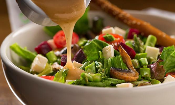 Ποιες σαλάτες «κολυμπούν» στα λίπη και τις θερμίδες