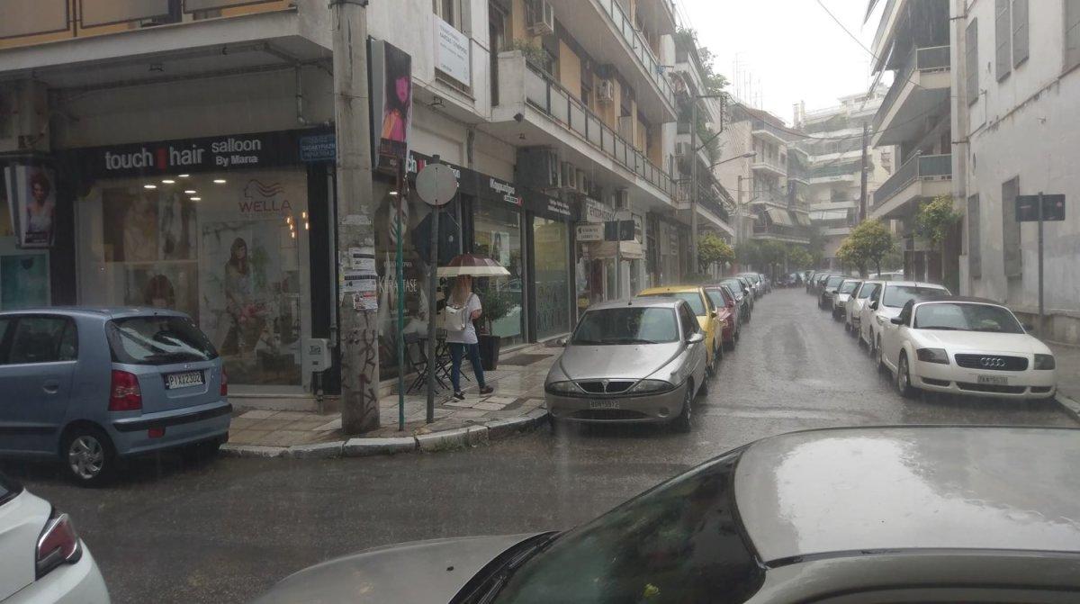 Έντονη βροχόπτωση στη Λάρισα (φωτ.+βίντεο)