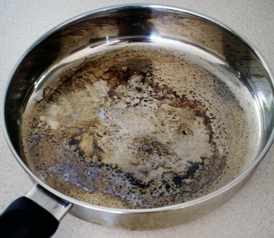 Πώς να καθαρίσετε εύκολα τα καμένα λίπη από μαγειρικά σκεύη