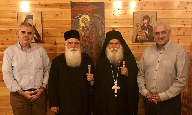 Ο Μάξιμος Χαρακόπουλος στο αρχονταρίκι της Μονής με τον τοποτηρητή Λαρίσης, μητροπολίτη Δημητριάδος Ιγνάτιο, τον ηγούμενο της Μονής Αγίου Νικοδήμου π. Ειρηναίο και τον δήμαρχο Τεμπών Κώστα Κολλάτο.