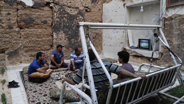 Συγκλονιστικές εικόνες από βομβαρδισμένο σπίτι στη Συρία: Έβλεπαν τον τελικό!