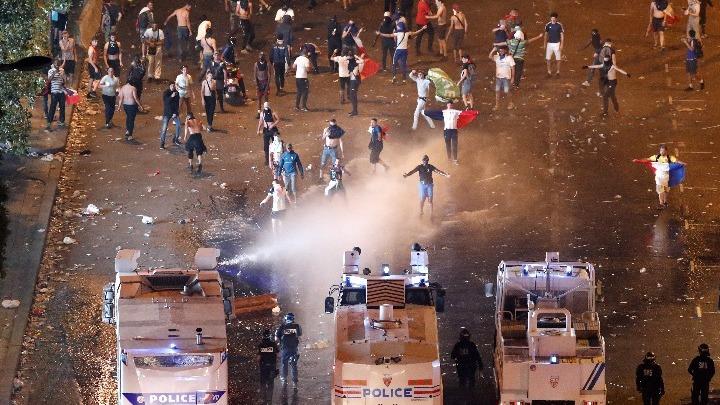 Γαλλία: Δυο νεκροί και ταραχές στο περιθώριο των εορτασμών για την κατάκτηση του Μουντιάλ