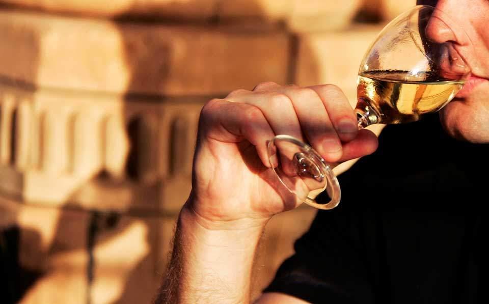 Κρασί, ούζο και τσίπουρο προτιμά ο Ελληνας «πότης»