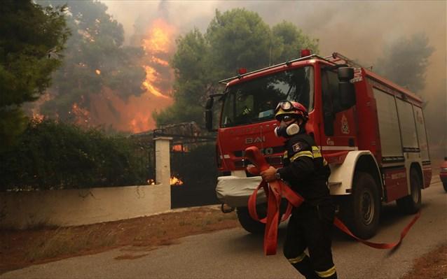 Εκκενώθηκαν τρεις οικισμοί της Κινέτας – Κάηκαν σπίτια – Διακοπή κυκλοφορίας στην Εθνική