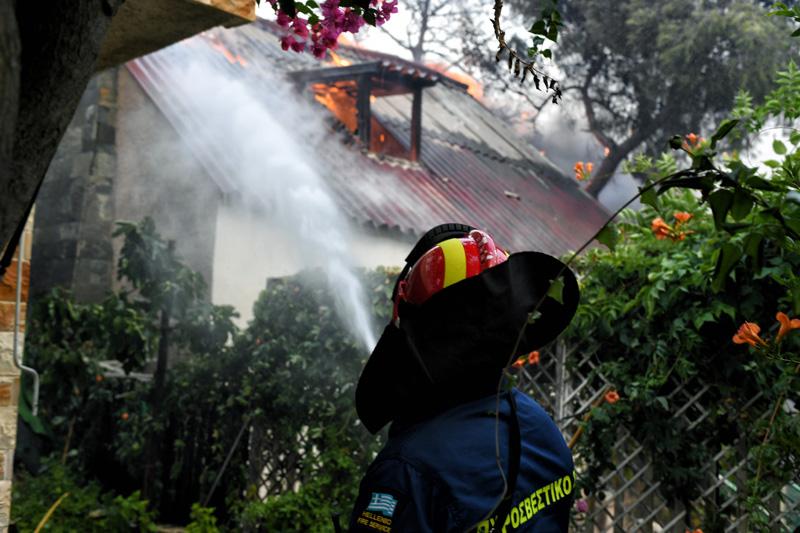 Οι πυροσβέστες έσβηναν τη φωτιά και οι Ρομά τους έκλεβαν!