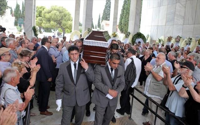Το «τελευταίο αντίο» στον Μάνο Ελευθερίου