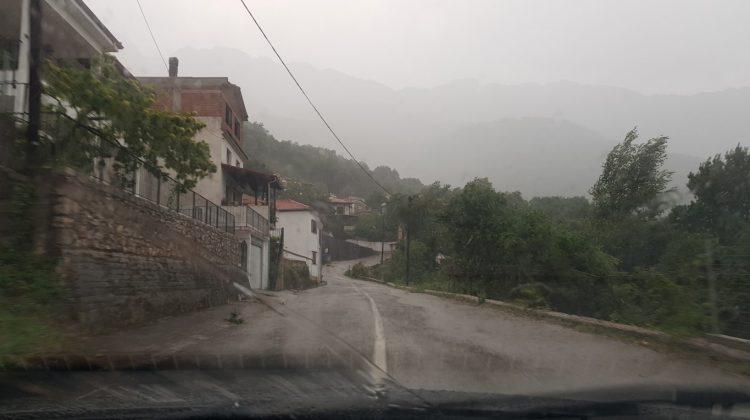 Χείμαρροι οι δρόμοι-Μπλακ άουτ σε χωριά των Τρικάλων (video)
