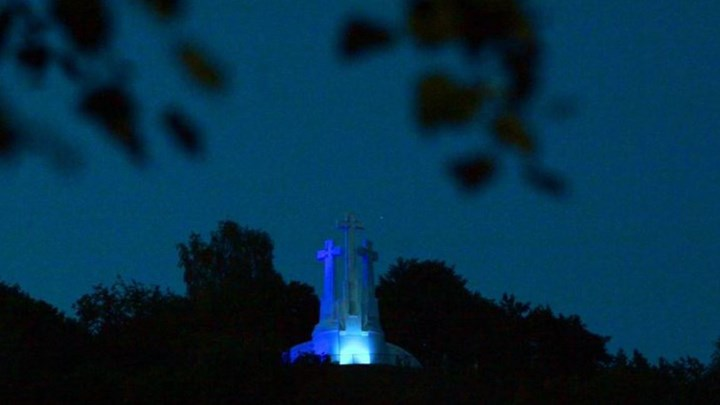 Στα χρώματα της Ελλάδας το μνημείο-σύμβολο της Λιθουανίας