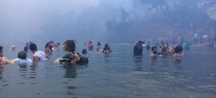 Συγκλονιστικό ντοκουμέντο -Άνθρωποι στη θάλασσα την ώρα της φωτιάς
