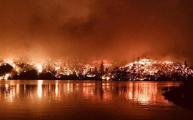 Υπό πύρινο κλοιό η Καλιφόρνια – Τουλάχιστον τρεις νεκροί