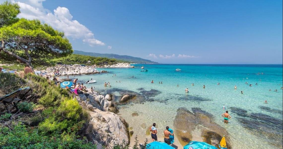 Χαλκιδική: Γκρεμίζουν περίφραξη για να υπάρχει δίοδος στη θάλασσα