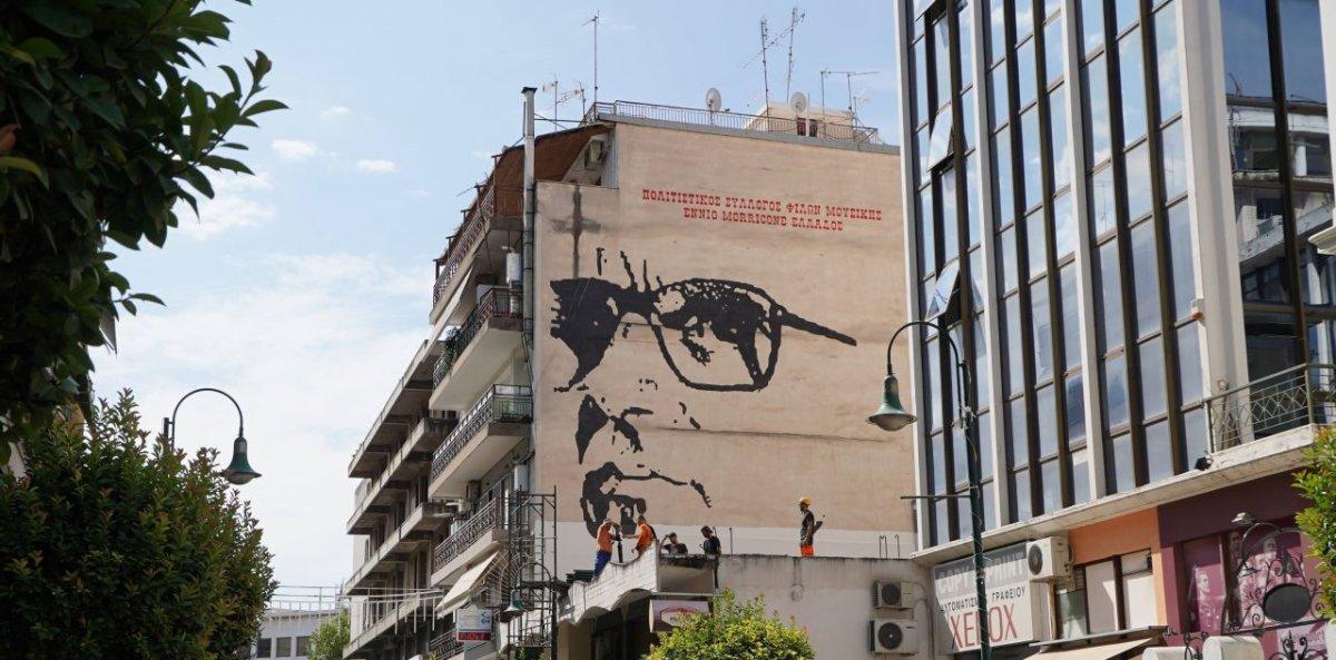 Πώς έγινε πραγματικότητα η τεράστια προσωπογραφία του Ένιο Μορικόνε στη Λάρισα