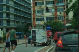 Πάρκαρε σε είσοδο πάρκινγκ (φωτ.)
