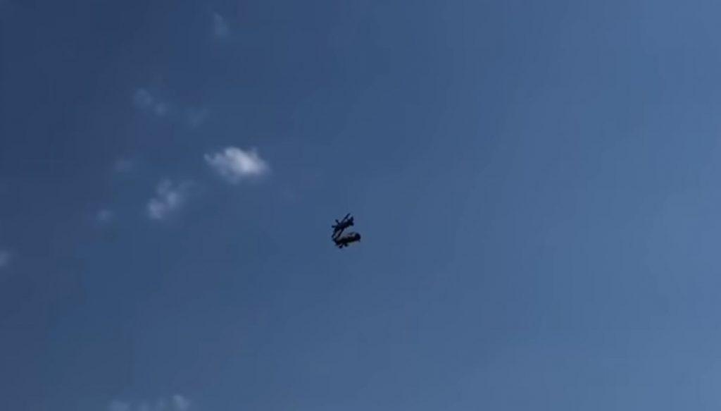 Βίντεo-σοκ: Σύγκρουση δύο αεροσκαφών στον αέρα -Νεκρός ένας πιλότος