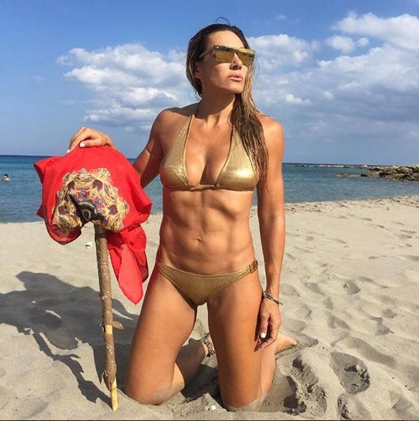 Ελένη Πετρουλάκη: Αναστάτωσε τις παραλίες (φωτ.)
