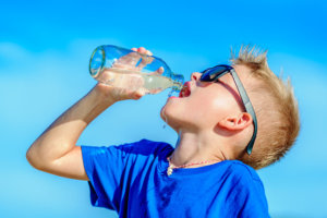 Νερό: Πόσο πρέπει να πίνουν καθημερινά τα παιδιά