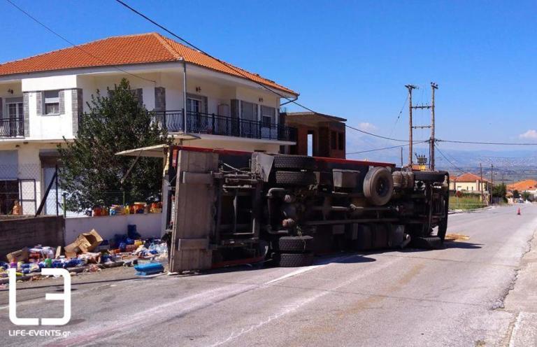 Φορτηγό χωρίς φρένα έπεσε πάνω σε σπίτι (φωτ.)