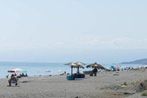 Από νωρίς κατέβηκαν στην παραλία οι Λαρισαίοι (φωτ.)