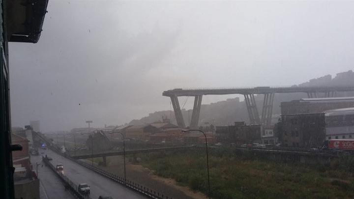 Ιταλία: Κατάρρευση οδογέφυρας έξω από την Γένοβα – Φόβοι για θύματα