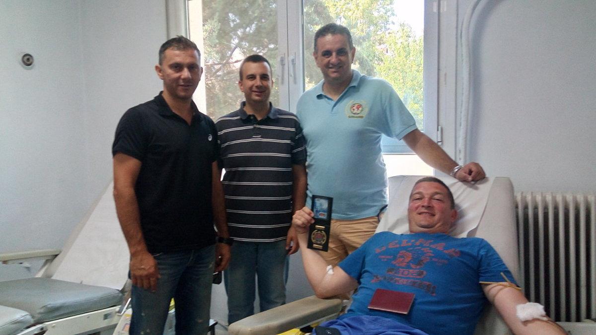 Λάρισα: Σέρβος αστυνομικός έδωσε αίμα για τους πυρόπληκτους