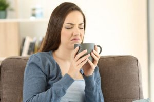 Μεταλλική γεύση στο στόμα: Οι 8 πιθανές αιτίες