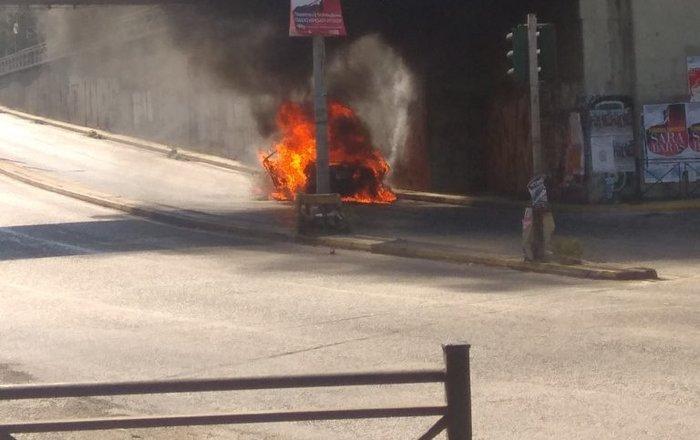 Αυτοκίνητο πήρε φωτιά εν κινήσει (φωτ.)