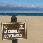 Αλκοόλ: Γιατί δεν πρέπει να πίνετε σε θάλασσα και πισίνα