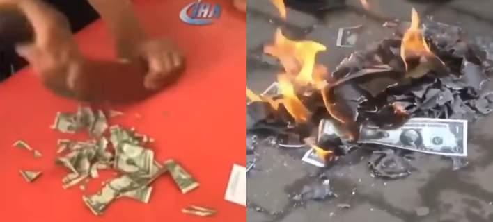 Oι Τούρκοι κομματιάζουν και καίνε αμερικανικά δολάρια (βίντεο)