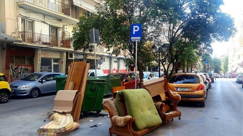 Πέταξαν στα σκουπίδια όλα τα έπιπλα του σπιτιού (φωτ.)