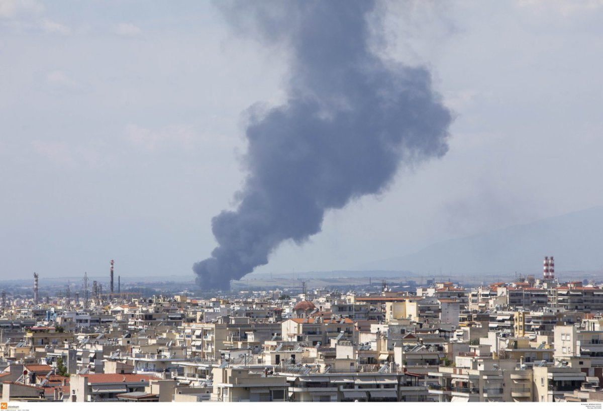 Πυρκαγιά σε αύλειο χώρο εργοστασίου στη Θεσσαλονίκη (φωτ.)
