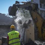 Ξεκίνησαν οι κατεδαφίσεις «κόκκινων σπιτιών» στο Μάτι