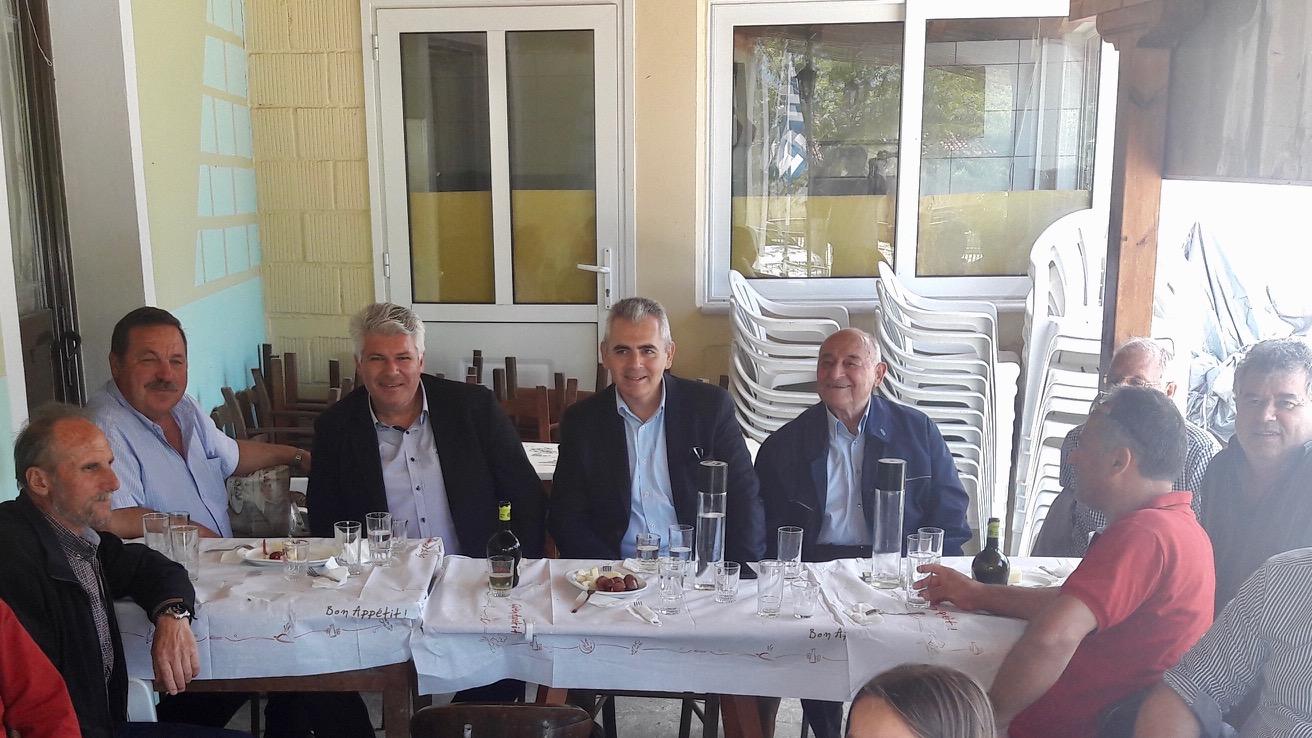 Από την πρόσφατη επίσκεψη του Μάξιμου Χαρακόπουλου στη Συκαμιά, όπου οι κάτοικοι του έθεσαν το ζήτημα του δρόμου.