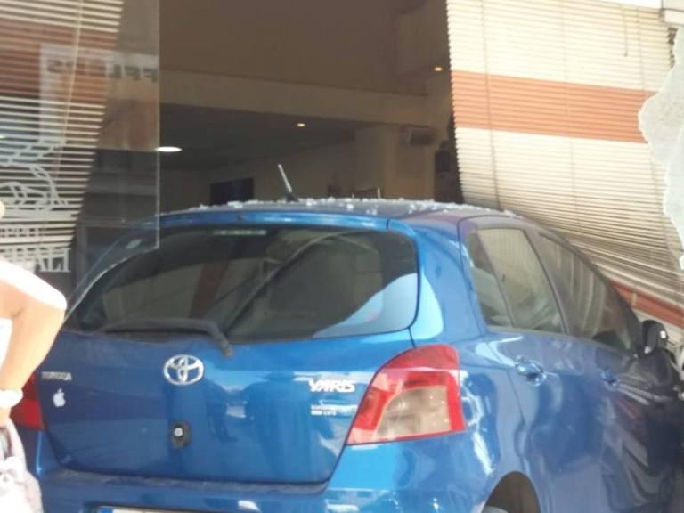 Αυτοκίνητο μπούκαρε σε τζαμαρία καταστήματος στο Αγρίνιο