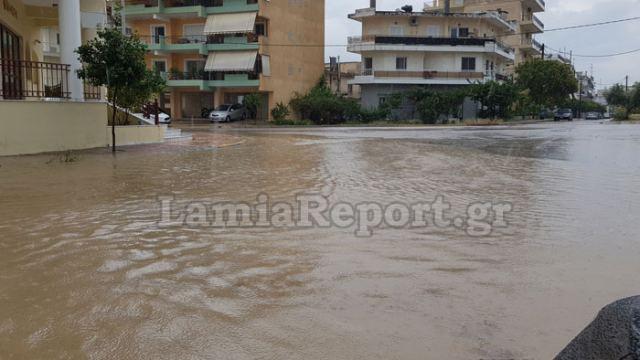 Απίστευτη νεροποντή στη Λαμία – Δρόμοι ποτάμια