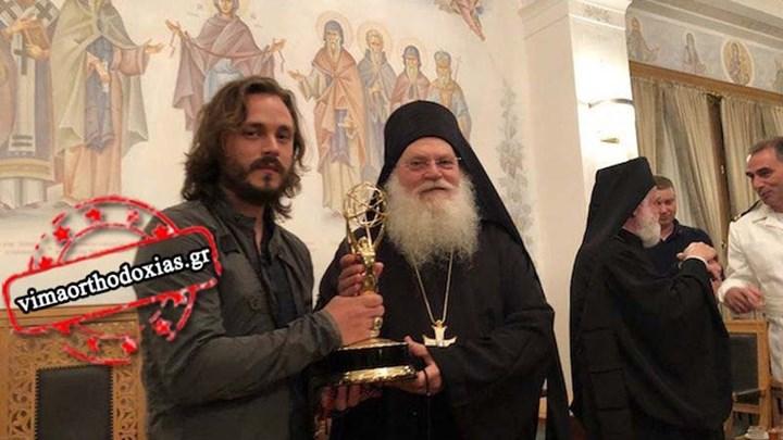 Στο Άγιο Όρος σταρ του Χόλιγουντ – Χάρισε το βραβείο ΕΜΜΥ στη Μονή Βατοπεδίου