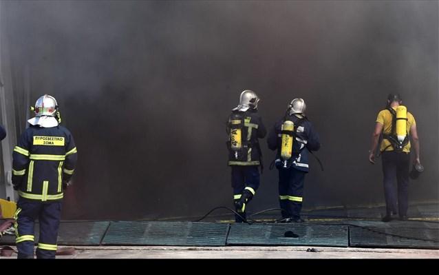 «Ελ. Βενιζέλος»: Δύσκολο το έργο των πυροσβεστών, άνοιξαν τρύπες στα γκαράζ