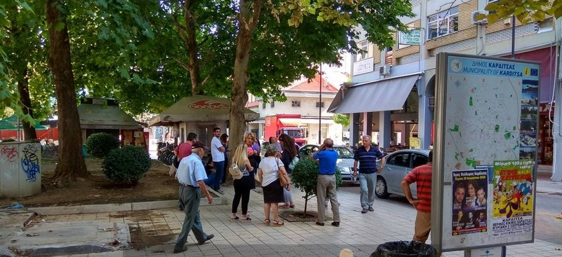 Έντρομοι βγήκαν στους δρόμους κάτοικοι Τρικάλων και Καρδίτσας μετά τον σεισμό (φωτ.)