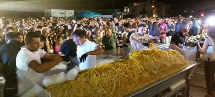 Νέο ρεκόρ Γκίνες για τη Νάξο -Τηγάνισαν 625 κιλά πατάτες σε 8 ώρες