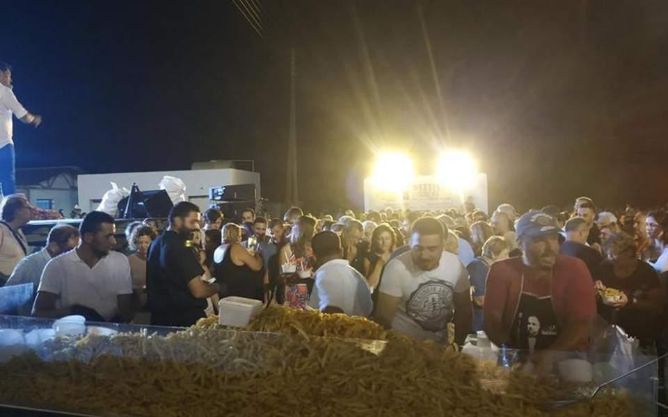Νάξος: Τηγάνισαν 625 κιλά πατάτες και κατέρριψαν το ρεκόρ Γκίνες