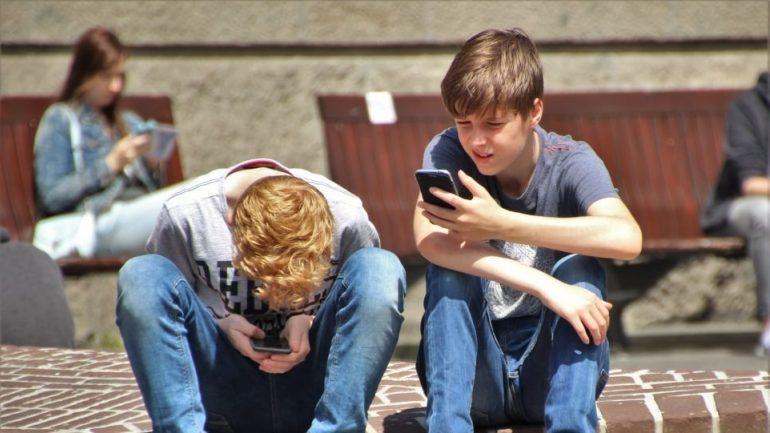 Η Γαλλία απαγορεύει τα κινητά τηλέφωνα στη σχολική τάξη