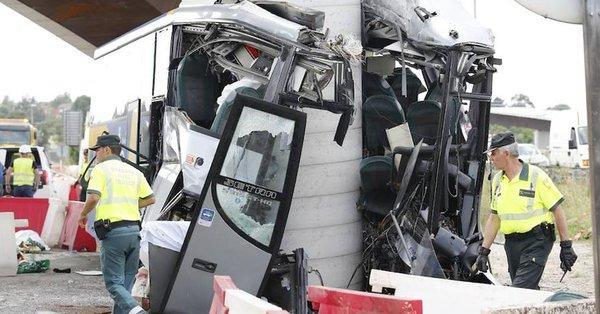 Τραγωδία στην Ισπανία: Λεωφορείο «καρφώθηκε» σε γέφυρα, πέντε νεκροί